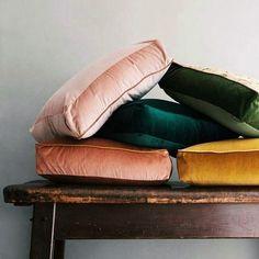 For an aristocrat living room we chose: velvet upholstery fabric Jewel Tone Bedroom, Jewel Tone Decor, Jewel Tone Colors, Jewel Tones, Colours, Earth Tone Decor, Velvet Upholstery Fabric, Velvet Pillows, Deco Rose