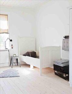 Children's room - Vintage bed - Via Sköna Hem Kids Beds With Storage, Cool Beds For Kids, Bunk Bed With Desk, Bunk Bed With Trundle, Full Size Bunk Beds, Girls Bunk Beds, Kids Bedroom Furniture, Bedroom Ideas, Childrens Beds