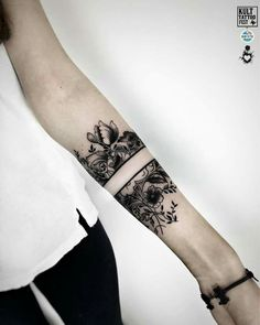 UFO's blackwork tattoo - diy tattoo project Tattoos Bein, Wrist Tattoos, Flower Tattoos, Arm Band Tattoo, Body Art Tattoos, New Tattoos, Maori Tattoos, Tattoo Floral, Cuff Tattoo Wrist