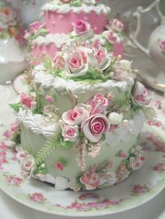 Cottage Rose Cake ~ I'm assuming it's shabby chic inspired, but I love the pink and green together. A bit too girly for my taste, but it's pretty. ᘡղbᘠ
