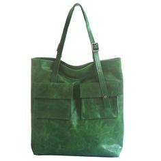 Duża torebka w całości ze skóry naturalnej typu krek czyli wyprawionej tak ze sprawia wrażenie podniszczonej. Dodaje to torebce uroku i oryginalności. Torebka jest w pięknym zielonym kolorze....
