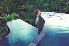 Ubud Hanging Gardens, Bali The infinity pool at the Ubud Handing Gardens has the wow factor. The upper pool flows straight from … Hotel Swimming Pool, Amazing Swimming Pools, My Pool, Swimming Pool Designs, Awesome Pools, Ubud Hanging Gardens, Ubud Hotels, Beautiful Pools, Beautiful Places