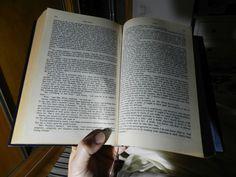 21- Y al final del día, ya en la cama, un libro forrado, con lomo dorado y separador de seda, a la altura de Jane Austen. Esto sí es LECTURA.