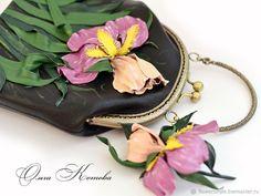 Сумочка и брошь Вальс ирисов Комплект цветы из кожи с фермуаром – купить в интернет-магазине на Ярмарке Мастеров с доставкой - F6RATRU