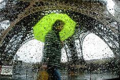 El hombre se convierte en una figura fantasmal errante y obediente a los caprichos de la lluvia.    Christophe Jacrot