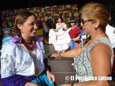 """La presidenta de la Asociación ACEDICAR Sonia Pallo Fonseca entregó personalmente la medalla de reconocimiento a una de las destacadas artistas por su participación. La Asociación ACEDICAR como cada año presentó a los mejores artistas ecuatorianos y latinos en tarima durante la Muestra de Asociaciones organizado por el Ajuntamet de Barcelona y que llevó este año lema de """" Ecuador, entre ilusiones y fantasías"""". El evento se enmarca dentro de las actividades de las celebraciones de las Fiestas…"""