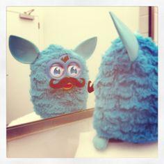Oh la lá, Furby! ¡Claro que sí, el bigote está de moda y te sienta genial!