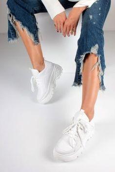 Beyazın asla kirlenmeyen saflığı. Sneakers, Shoes, Fashion, Tennis Sneakers, Sneaker, Zapatos, Moda, Shoes Outlet, La Mode