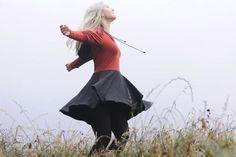 Das 'Co-Z Dress' ist ein Damenkleid mit vielen verschiedenen Möglichkeiten. Der Schnitt enthält 3 verschiedene Rockformen, Kapuze und Kragen sowie Puffärmel und anliegende Ärmel. Wer möchte, kann auch Taschen einnähen, diese sind ebenfalls im Schnitt enthalten. Der Schnitt ist mit einer Step-by-Step bebilderten Anleitung ausgestattet.