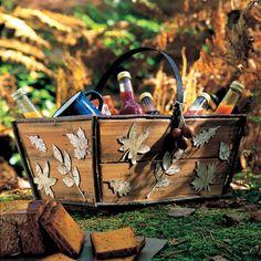 Un panier en bois décoré de feuilles en écorce