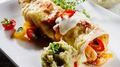 Enchiladas med kylling og hjemmelaget guacamole Scandinavian Food, Frisk, Tex Mex, Lunches And Dinners, Enchiladas, Guacamole, Dip, Brunch, Food And Drink