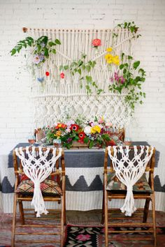 Loving this fun macrame sweetheart table backdrop, woven with fresh flowers!