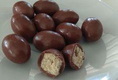 Kinder Schoko-bons maison au Thermomix,recette des bonbons chocolat très gourmand à base de chocolat au lait, de chocolat blanc et de pralin facile à préparer chez vous pour les enfants.