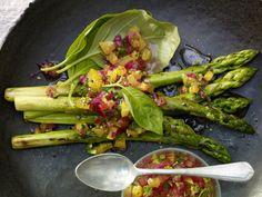 Die perfekte Vorspeise:  Gegrillter grüner Spargel mit Orangen-Pistazien-Salsa