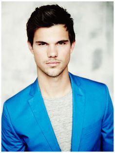Taylor Lautner posou para um photoshoot exclusivo da TvMax Magazine, onde exibiu todo seu charme e sensualidade. O ator estampou uma das edições da revista e agora a gente confere mais imagens desse ensaio fotográfico.