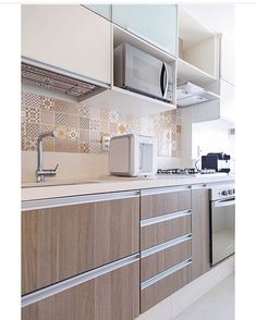 Boa tarde pessoal ! Inspiração para nossa tarde de sábado essa cozinha linda ! Tons claros que trazem leveza e aconchego. Quem mais ama ??? ♀️ . . . Projeto : @arquidoll. Foto : @raianamedina.fotoarq