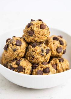 These no-bake energy balls make the perfect breakfast, snack or even dessert. So delicious and only take 5 minutes and 5 ingredients to make! Healthy Snack Options, Quick Snacks, Healthy Treats, Healthy Desserts, Healthy Recipes, Healthy Food, Healthy Eating, Gourmet Recipes, Snack Recipes