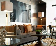Now, that's what I'm talking about... The perfect combination of all times: Silver gray wallpaper and a piece of art:)
