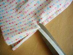 頻繁に洗濯するお弁当袋は、乾きが早い裏なしタイプを好む方も多いですね。裏なしの場合、縫い代にほつれが出ないようにジグザグミシンをかける方が多いと思いますが、今回はジグザグミシンをかけないで裏を美しく仕上げる方法をご紹介します。完成はこちら。底部分にリネンを使ったマチあり巾着袋です。それではスタート!用意するのは、底部分の生地…今回はリネン(水通ししておく)上側の布…学校バザー用なのでかわいいハート柄をチョイスどちらもサイズはお好みで。今回は、出来上がり寸法が、横27センチ×高さ21センチ×マチ幅12センチ。それと、今回は引き紐も共布で作るので、3.5センチ幅×70センチを2本用意しました。まずはじめに、底布と上側布をあわせミシンで縫う。縫い代は、一方を7ミリ、もう一方を1.5ミリに切りそろえる。縫い代が長い方で...裏をつけずも、裏まで美しく仕上げる巾着袋の作り方