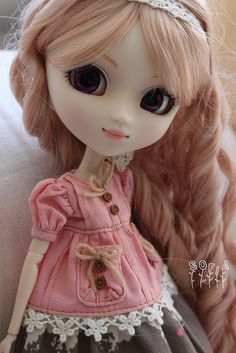 Sofia / Pullip doll Sfoglia with long light brown hair and a pink dress
