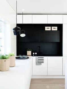 INTERIOR…MAISEMA KAUPAN PÄÄLLE Kitchen Dinning, New Kitchen, Kitchen Black, Beautiful Kitchens, Cool Kitchens, Kitchen Interior, Interior Design Living Room, Minimal Kitchen, White Kitchen Cabinets