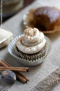 Gorgeous Gingerbread Cupcakes with Cream Cheese Frosting – chock full of warm autumn flavors! #cupcakerecipes