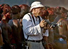 Sebastião Salgado em ação na festa do Quarup, em agosto de 2005, na aldeia Waura, Alto Xingu, Amazônia, fotografado por Sergio Moraes. Veja mais em: http://semioticas1.blogspot.com.br/2012/07/genesis-por-sebastiao-salgado.html