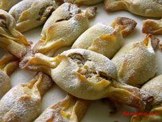 Pachetele cu nuci   Prăjiturici şi alte dulciuri. Romanian Desserts, Romanian Food, Delicious Deserts, Yummy Food, Sweets Recipes, Cookie Recipes, Kiflice Recipe, Sweet Pastries, Special Recipes