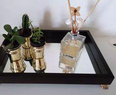 bandeja espelhada decorativa Diy Furniture Projects, Diy Home Decor Projects, Christmas Mason Jars, Christmas Diy, Diy Table Saw, Bathroom Tray, Mirror Tray, Vanity Decor, Crafts