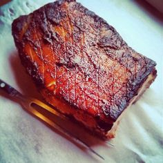 Goddelijk Zeeuws buikspek uit eigen oven - Culy.nl Pork Belly Recipes, Meat Recipes, Cooking Recipes, Meat Love, Tapas, Good Food, Yummy Food, Healthy Slow Cooker, Dutch Recipes