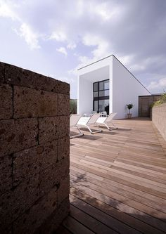 Apply the Faceal Oleo HD on wooden patio and stones.   Photo: civita-castellana-home-by-romano-adolini