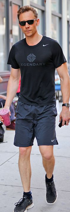 Tom Hiddleston spotted arriving back at his hotel in New York City after hitting the gym in SoHo on June 17, 2016. Full size image: http://ww3.sinaimg.cn/large/6e14d388gw1f4yv43xti1j21bz2bcnb6.jpg Source: Torrilla, Weibo