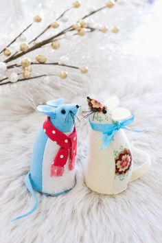 How to make Christmas mice: Who could ever resist these absolutely adorable mice? You need only a tiny amount of materials to create these big-impact darlings – why not leave out a pile of cheese to entice and excite them?