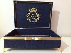 Linda caixa, toda forrada com tecido azul marinho,pezinho de metal na cor dorado. Sem divisórias. 34x24x8,5 (cm) + Pezinhos OBS= CAIXA VAZIA. Obs-CASO QUEIRA SEU PRÓPRIO BRASÃO E NÃO ESTEJA DISPONÍVEL EM NOSSA PASTA DE BRASÕES, SERÁ COBRADO TAXA DE 35,00 Á 40,00 PARA CONFECCIONAR A MATRIZ. Trousseau Packing, Cigar Boxes, Wedding Boxes, Diy Box, Baby Party, Wedding Stationary, Decoupage, Dream Wedding, Gifts