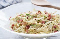 #Krautsalat mit Speck ist ein typisch österreichisches Gericht. Hier stellen wir ihnen das Rezept vor.