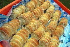 Sajtos roló házilag - Főzni jó sütni még jobb Naan, Sausage, Cereal, Breakfast, Drink, Hungarian Recipes, Sausages, Beverage, Drinks