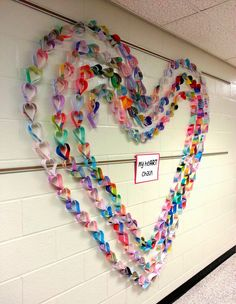 Art with Ms. Nguyen (FKA - Art with Ms. Art with Ms. Gram: My Paper heART Chain! - Lovely collaborative paper craft idea making a fabulous Valentine school display Art with Mrs. Nguyen (Gram): sculpture- hopes and dreams? cut individual hearts - ask clien Arte Elemental, Group Art Projects, Collaborative Art Projects For Kids, School Displays, Heart Chain, Art Lessons Elementary, Valentine Day Crafts, Valentine Decorations, Heart Decorations