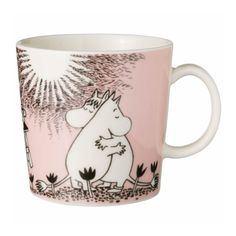 This pink Moomin mug featuring Snorkmaiden and Moomintroll hugging has become a classic since it was released in 1996. It's elegantly illustrated by Arabia artist Tove Slotte-Elevant. The illustrations on the Moomin mug can be found in the second and third Moomin comic books.Your collection of Moomin mugs will not be complete without this lovely piece. Also see the other parts of the Moomin Love series.Tässä jo klassikoksi muodostuneessa mukissa vuodelta 1996 Niiskuneiti ja Muumipeikko…