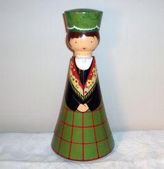 Salvo rohelise puunukk Hagerist / green wooden Salvo doll from Hageri.