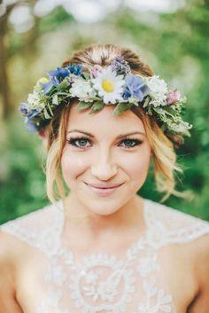 flower crown. Read more - http://www.hummingheartstrings.de/index.php/blumen/brautfrisuren-mit-blumenkranz/