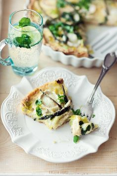 Goats cheese quiche  250 g flour • 150 g butter, chilled • 1 teaspoon salt • 1 egg *  filling: • 2 leeks • 2 tablespoons clarified butter • 4-5 eggs (depending on size) • 4 tablespoons of thick sour cream • 4 tbsp double cream 30% or mascarpone cheese • 1 teaspoon dried thyme • sea salt and freshly ground black pepper • 150 g goat rolls • 3 - 4 sprigs of chives • 1/3 cup fresh mint leaves