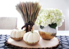 composition florale avec citrouilles or et blanches, blé et hortensias