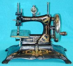 ❤✄◡ً✄❤ Of cast iron construction, the Casige No.6 sometimes appears with an alternative floral design. The top of the machine hinges backwards to reveal a small accessory compartment. A similar feature is also seen on some Muller No.12s. - http://www.dincum.com/library/lib_casige_no6.html