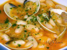 Miel y Limón : ALUBIAS a la Marinera (6pp/ración) cebolla, pimentón dulce, caldo de pescado, chorrito de vino blanco, almejas (pueden ser las congeladas del Mercadona), 1 bote de Alubia blanca, ajo y perejil. Reogamos la cebolla, añadimos el caldo, o la pastilla de caldo de pescado disuelta en agua y el vino, que hierva 10´añadimos las almejas y dejamos 5´y al final las alubias y el ajo y el perejil y listo. Clean Recipes, Fish Recipes, Seafood Recipes, Mexican Food Recipes, Cooking Recipes, Healthy Recipes, Ethnic Recipes, Spanish Dishes, Spanish Food