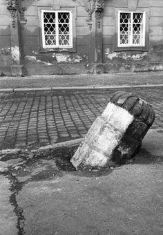 Starý patník (2065) • Praha, 1963 • | černobílá fotografie, Hradčanské náměstí, patník, dlažba, okna |•|black and white photograph, Prague|