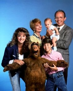 i liked alf. watched alf on nbc in the very popular show at the time. Photo Vintage, Vintage Tv, Nostalgia, Arnold Et Willy, Top Des Series, 80s Characters, Tv Sendungen, Tv Star, Old Shows