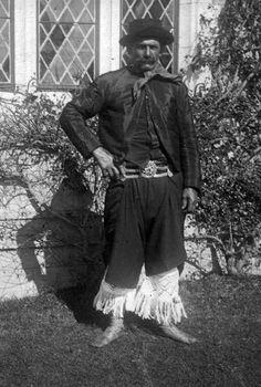 Descendiente del cacique Catriel - vestido de gala -, preparando el asado para el príncipe de Gales. Chapadmalal, 1926.