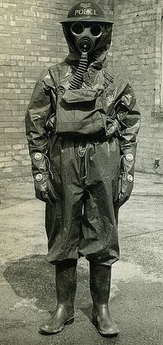 Gente della Guerra sergeant of Manchester City Police poses in full gas protection suit during the early years of World War World History, World War Ii, Ww2 History, Old Photos, Vintage Photos, Kings & Queens, Dieselpunk, Military History, Manchester City