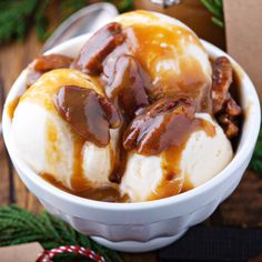 Gluten free - Vegetarian - Pecan Praline Sauce: this homemade rich and buttery praline sauce only takes 10 minutes to make and is filled with roasted Fisher Nuts pecans and a decadent caramel flavor! Frozen Desserts, Sweet Desserts, Just Desserts, Delicious Desserts, Yummy Food, Dessert Sauces, Dessert Recipes, Pecan Pralines, Praline Pecans