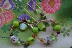 """Créoles dépareillées """"En vert-pomme"""" avec graines jupati, sequins de nacre, perles bronze miyuki, graines açaï, perles : Boucles d'oreille par les-perles-de-eihpos"""